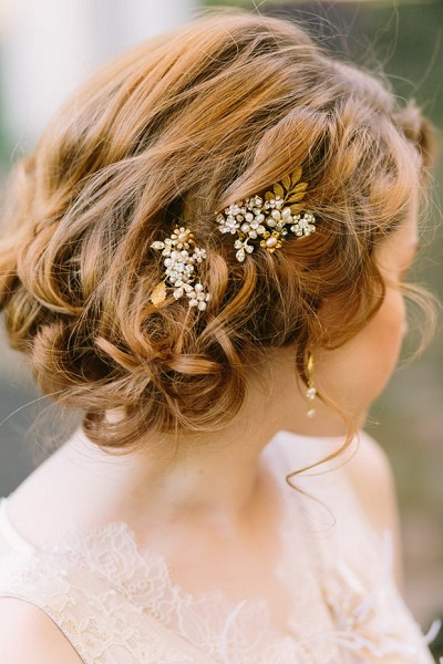 Chapel-of-the-Flowers-complete-bridal-look-for-2016-curly-wedding-hair-updo-with-gold-pearl-hair-pins